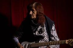 Lustige ältere Dame, die E-Gitarre spielt lizenzfreie stockbilder