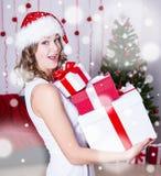 Lustige überraschte Frau in Sankt-Hut mit Geschenken nähern sich Weihnachten-tre stockfotos