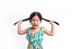 Lustige Aktion des asiatischen Mädchenspiels mit ihrem Ponyhaar lizenzfreies stockfoto
