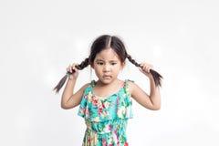 Lustige Aktion des asiatischen Mädchenspiels mit ihrem Ponyhaar stockfoto