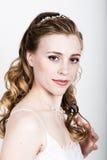Lustige Aufstellung der schönen Braut, verschiedene Gefühle ausdrückend Schöne Braut mit Art und Weisehochzeitsfrisur Lustige Bra Stockbild
