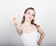 Lustige Aufstellung der schönen Braut, verschiedene Gefühle ausdrückend Schöne Braut mit Art und Weisehochzeitsfrisur Lustige Bra Stockfotos