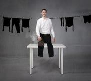 Lustige bügelnde Kleidung des Mannes lizenzfreie stockbilder