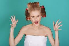 Lustige blonde Frau über blauem Hintergrund Stockfoto