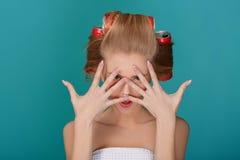 Lustige blonde Frau über blauem Hintergrund Lizenzfreie Stockfotos