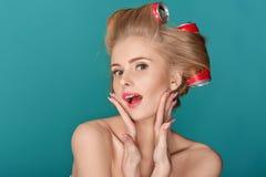 Lustige blonde Frau über blauem Hintergrund Lizenzfreie Stockbilder