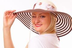 Lustige blonde Frau in einem Hut Stockfotografie