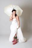 Lustige Braut mit Regenschirm lizenzfreie stockbilder