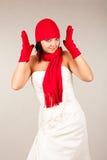 Lustige Braut mit rotem Hut und Schal Stockfoto