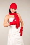 Lustige Braut mit rotem Hut und Schal stockfotografie