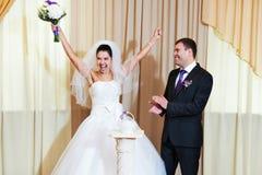 Lustige Braut und Bräutigam in der Freude Lizenzfreie Stockfotografie