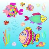 Lustige bunte Fische im Meer unter Algen und Blasen Stockbild