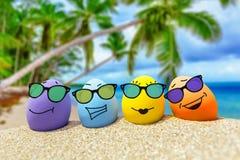 Lustige Eier mit Sonnenbrille auf exotischem Strand Lizenzfreies Stockbild