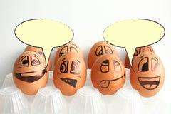 Lustige Eier und ihre Gedanken Platz darunter Stockfoto