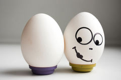 Lustige lustige Eier zwei Eier balanciert Stockbild