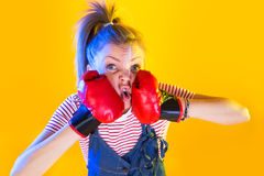 Lustige Eignungsfrau mit Boxhandschuhen Lizenzfreie Stockfotos