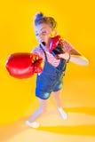 Lustige Eignungsfrau mit Boxhandschuhen Lizenzfreies Stockfoto