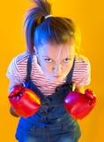 Lustige Eignungsfrau mit Boxhandschuhen Lizenzfreie Stockbilder