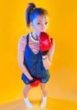 Lustige Eignungsfrau mit Boxhandschuhen Stockfoto