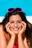 Lustige ein Sonnenbad nehmende Frau Stockfotografie