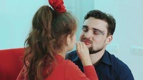 Lustige Familie Bringen Sie und seine Kindertochtermädchen-Farbenlippen zu ihrem Vater hervor stock video