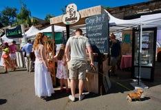 Lustige Familie, die Schnellimbiß mit einem netten Hund kauft Stockbild