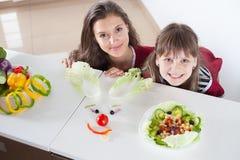 Lustige Familie, die smileygesicht mit Salat macht Lizenzfreie Stockfotografie
