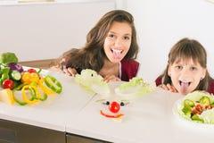 Lustige Familie, die smileygesicht mit Salat macht Lizenzfreies Stockbild