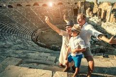 Lustige Familie machen ein Selbstfoto im Amphitheatregebäude Seite, die Türkei Stockfoto