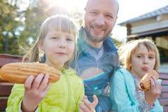 Lustige Familie mit Hotdogen Stockbild