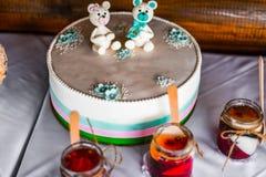 Lustige Figürchenreihe auf einem weißen Luxuskuchen für Kinder feiern Lizenzfreies Stockfoto