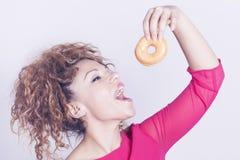 Lustige Frau, die Donut isst Stockbild