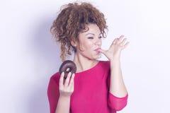 Lustige Frau, die Donut isst Lizenzfreies Stockbild