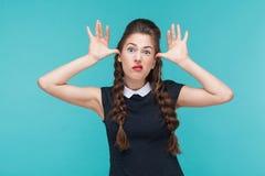 Lustige Frau, die idiotisches und komisches Gesicht an der Kamera zeigt lizenzfreie stockbilder