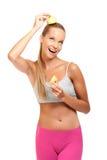 Lustige Frau, die mit Äpfeln auf weißem Hintergrund aufwirft Lizenzfreie Stockfotos