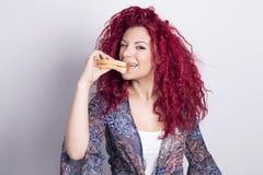 Lustige Frau, die zuhause ein Sandwich isst stockbild