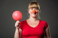 Lustige Frau im roten Kleid und im Ballon stockfotografie