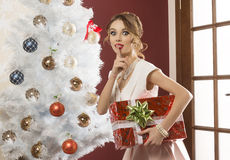 Lustige Frau im Weihnachtsfeiertag Stockfoto
