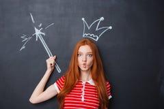 Lustige Frau mit der Krone und Magiestab gezeichnet auf Tafel Stockbilder