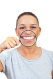 Lustige Frau mit großem Lächeln Stockfotografie