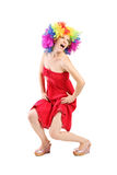 Lustige Frau mit Perücke auf ihrem Kopf Stockbild