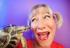 Lustige Frau mit Schildkröte portraitn Lizenzfreie Stockfotos