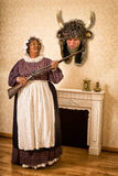 Lustige Frau mit totem Ehemann Stockbild
