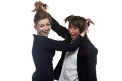 Lustige Frau und Mann in der schwarzen Jacke Lizenzfreie Stockfotografie