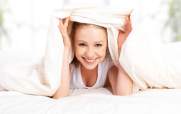 Lustige Frau unter der Decke Stockfotografie
