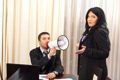 Lustige Geschäftsleute mit Megaphon Stockbild
