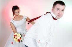 Lustige Gesichter der Braut und des Bräutigams lizenzfreie stockfotos
