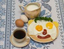 Lustige Gesichter von den Eiern mit Käse und Soße Lizenzfreie Stockbilder