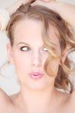 Lustige Gesichtsfrau mit falschem Haartag Lizenzfreie Stockbilder