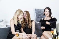 Lustige Gruppe Damen sprengen ein Darmlachen stockbild
